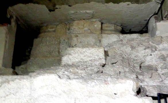 base des colonnes de l'église romane de l'ancienne cathédrale de Clermont