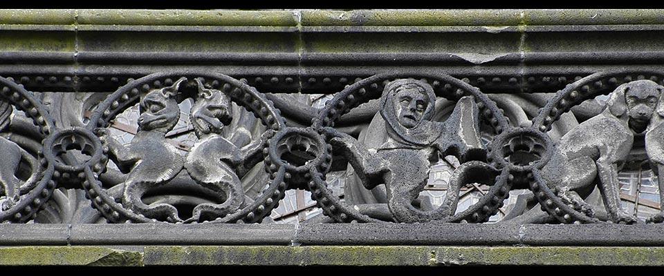 Sculptures de la ballustrade extérieure de la cathédrale Notre-Dame de Clermont