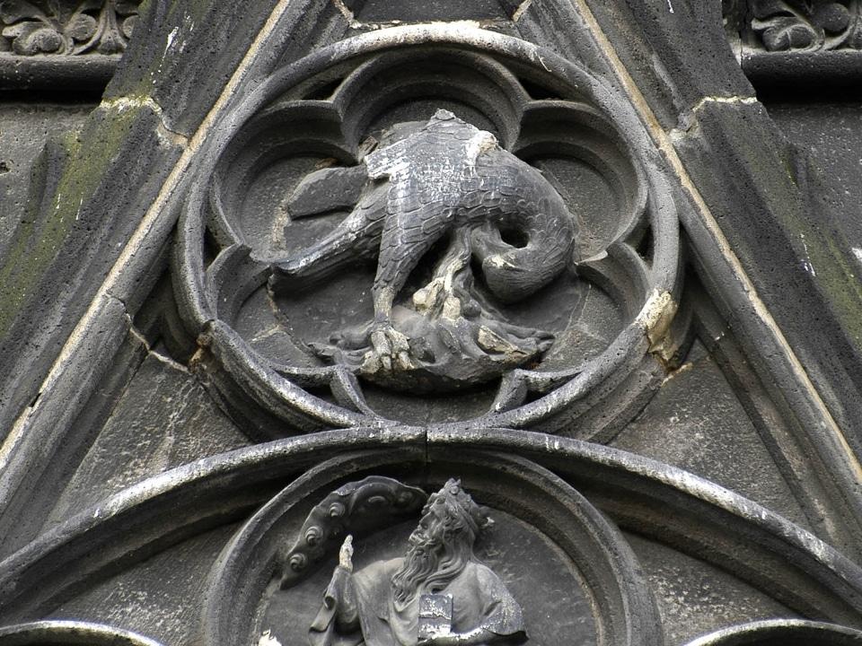 Le Pélican, image du Christ : portail nord de la cathédrale de Clermont