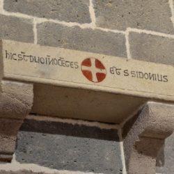 église d'Aydat, inscription du socle des reliques (disparues) de saint Sidoine Apollinaire
