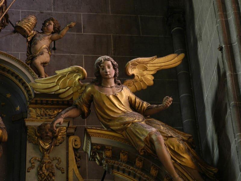 Cathédrale de Clermont, retable des ursulines, ange droit